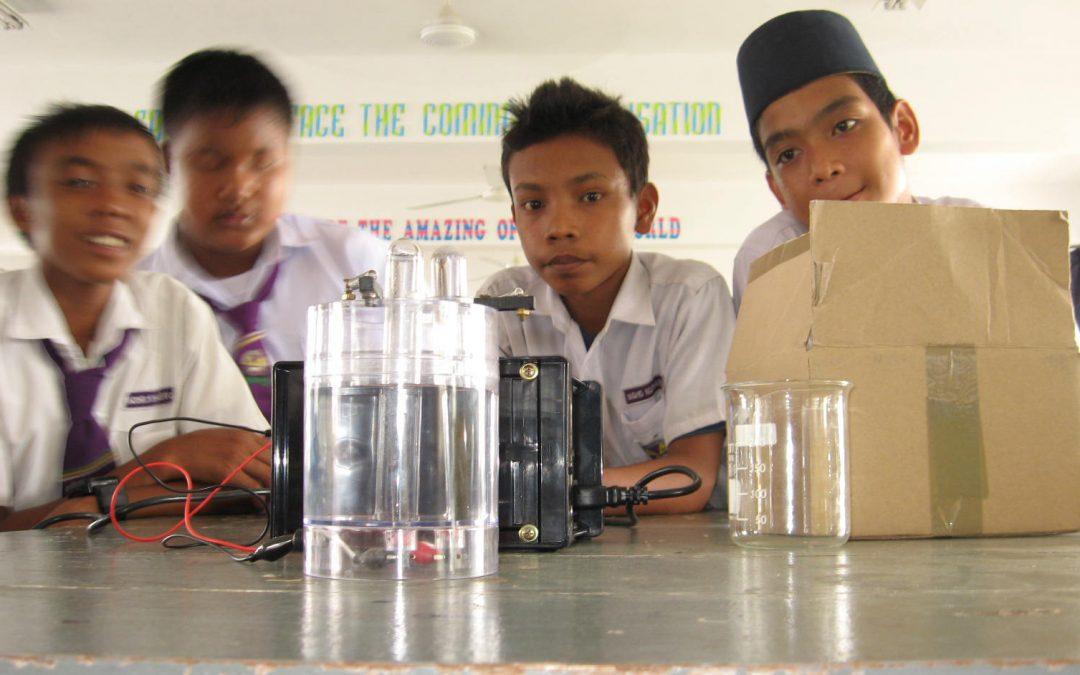 Eksperimen ELEKTROLISIS? Tindak balas kimia yang 'dipergunakan'