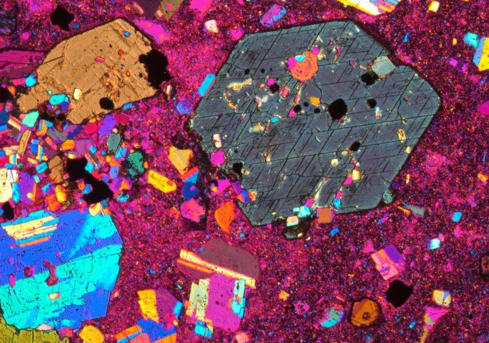 Apakah rupa batuan bila dilihat dengan menggunakan mikroskop?